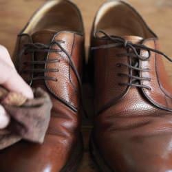 憂鬱な雨の日のビジ靴事情。ビジネスマンなら知っておきたい、雨の日の靴の履き方とケアまとめ