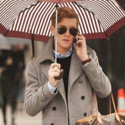 雨の日に持って出かけたいおすすめメンズ雨傘5選。鬱蒼とした雨の日に、上品な演出を。