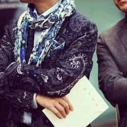 秀逸なマフラー使いで冬の洒落スーツ姿に。スーツスタイルを格上げするトレンディなマフラーコーデ術