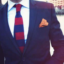 スーツスタイルを手軽に格上げ! 抑えておきたい「ニットタイ」の粋なビジネスコーデ