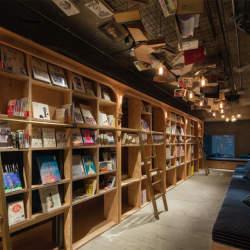 東京にある、異彩を放つおすすめ本屋。ビール片手に本を読もう。