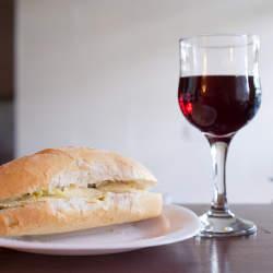 """ワインに合う""""つまみ""""の簡単レシピ。コンビニで売っているモノが高級レストランの料理に早変わり"""