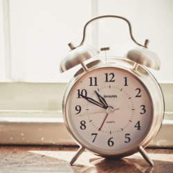 アラームだけが取り柄じゃない! おしゃれなデザインの目覚まし時計で朝一番にアクセントをプラス