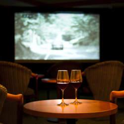 ホームシアター入門者が購入すべき「3種のマストアイテム」:自宅を映画館にする魔法の家電を入手せよ