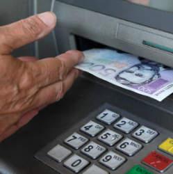 """""""スーパーのレジがATM代わりに"""" デビットカードの新サービスに賛否両論、キャッシュアウトとは"""