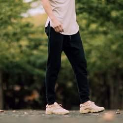"""俄然流行中の""""ジョガーパンツ""""色別メンズコーデ24選:トレンドアイテムを着こなして時代に乗れ!"""