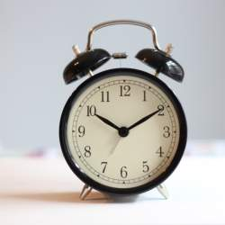 目覚めを良くする! 目覚まし時計はレム睡眠中に鳴らすべし!