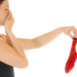 厄介な臭いに! 靴下の悪臭対処法と予防方法!