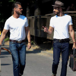 """シンプルこそおしゃれの極み:""""白Tシャツ""""で大人の余裕を見せつけろ!"""