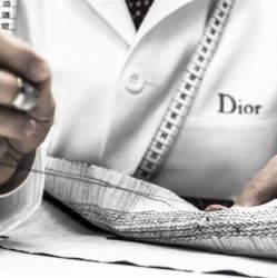 """Dior Homme""のジャケットは、すべて手作業でしかできない職人のメティエ(匠の技)で光る"