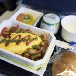 """エコノミークラスでさえ""""空飛ぶレストラン""""!? 世界の航空会社がしのぎを削る人気機内食ランキング"""