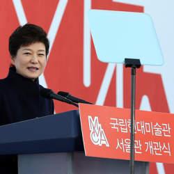韓国・朴大統領退陣へ100万人超の抗議:怒りの矛先は50年経っても残る独裁政権の亡霊へ?