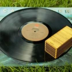 レコードの世界へようこそ! レコード盤の上を走るポータブルレコードプレイヤー「RokBlok」