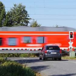 繰り返される悲劇に終止符を:「開かずの踏切」解消に奮励する鉄道会社