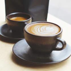 抽出後の豆かすがおしゃれに生まれ変わる、環境に優しいコーヒーカップで味わう至福の一杯