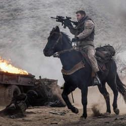アフガンにいち早く足を踏み入れたアメリカ兵12人の実話が深く胸に刺さる映画「ホース・ソルジャー」