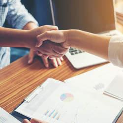 ラクーンフィナンシャルとサムライインキュベートがパートナー連携を開始、スタートアップが営業活動に専念できる環境を提供