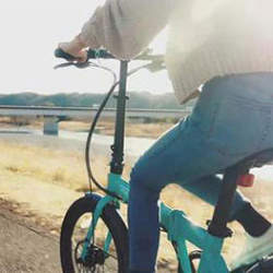 デスク下にも収納できる電動自転車「Qualisports」が日本初上陸