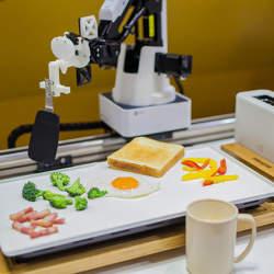 目覚めるとそこにできたての朝食が…。東大生チームが作った「朝食調理ロボット」がSXSWに登場