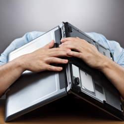 年間1人あたり550時間が「名もなき仕事」に費やされている?!時短のカギを握るのは社内FAQ