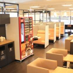空いた時間に気軽に立ち寄れるコワーキングスペース「アクセアカフェ」で、快適性を追求したオフィス家具を体感してみよう