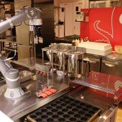 フードコートに「たこ焼き・ソフトクリームロボット」が登場、従業員の負担を軽減し効率化