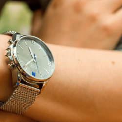 ビジネスマン向けのアナログ時計型スマートウォッチ「OSKRON」、先行予約販売スタート