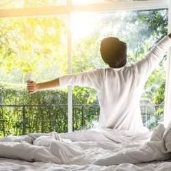 1000万円以上稼ぐ人は「睡眠の質」を意識、半数が寝床でスマホを操作しない|アンファー調査