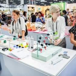 磁石が使えないガラスや木材に固定できる日本製磁石フック「マグサンド」、米ニューヨークで発売へ