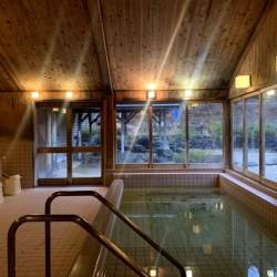 コウノトリの里で廃業した「乙女の湯」をグランピング施設に再生へ クラウドファンディング実施中