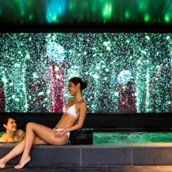 ホテルインディゴ箱根強羅の大浴場に大型LEDビジョンが登場