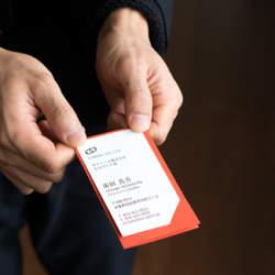 名刺交換の意外性で印象アップ。名刺を着飾る「THE CARD JACKET」が新発売