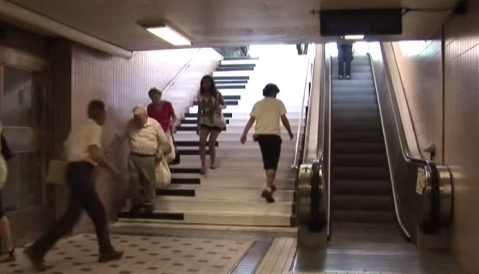 エスカレーターにしか乗らなかった人が、階段を使いたくなる斬新なアイデア「PianoStairs」 4番目の画像