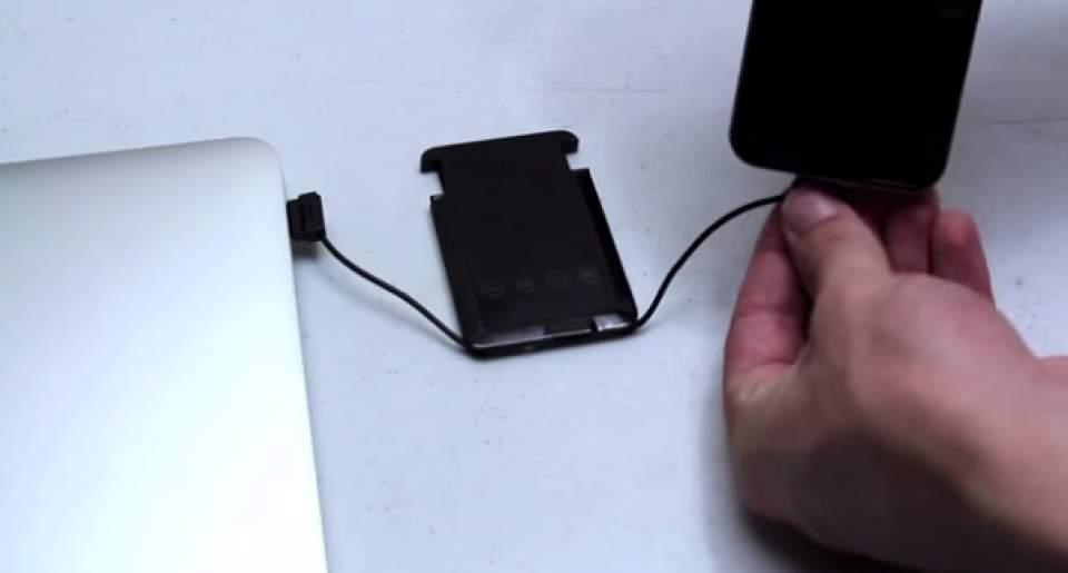 充電からデータのバックアップまで出来る!財布に入るカード型多機能充電器「SMART CARD」 3番目の画像