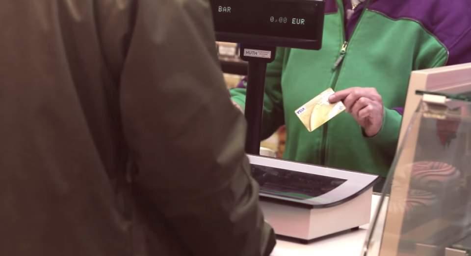 """""""寄付""""のデザイン。クレジットカードのスキャンに連動して、寄付の使い道がわかるデジタルサイネージ 2番目の画像"""