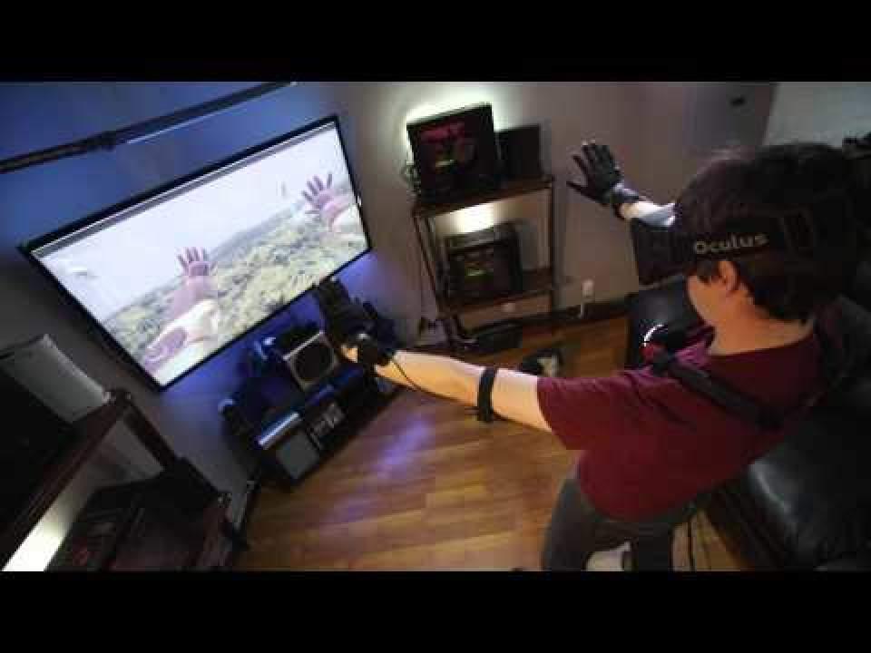 ついに仮想空間に体が入る(手だけ)!指一本まで反映するグローブ型VR機器「Control VR」 1番目の画像