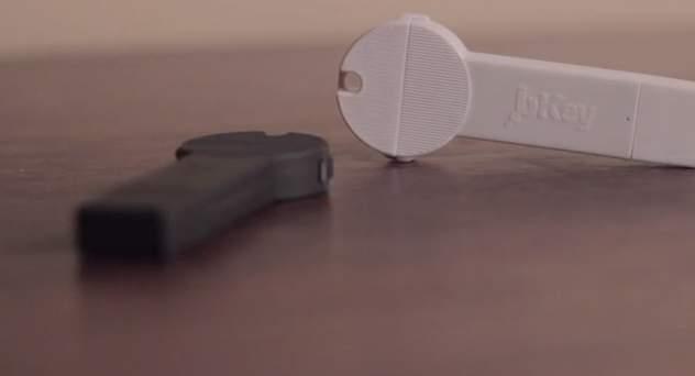 超コンパクトでケーブルいらず!キーホルダーにつけられる鍵型モバイルバッテリー「bKey」 1番目の画像