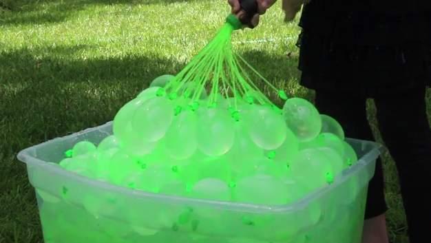 60秒で100個!大人も子供もびしょ濡れになって遊べる水風船製造機が本気で楽しそう 1番目の画像