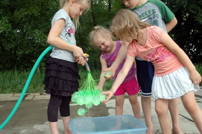60秒で100個!大人も子供もびしょ濡れになって遊べる水風船製造機が本気で楽しそう 2番目の画像