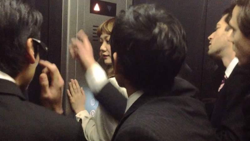 「エレベーターの中がパーティー会場に」髪のいい匂いが引き起こしたドッキリがスゴすぎる 5番目の画像