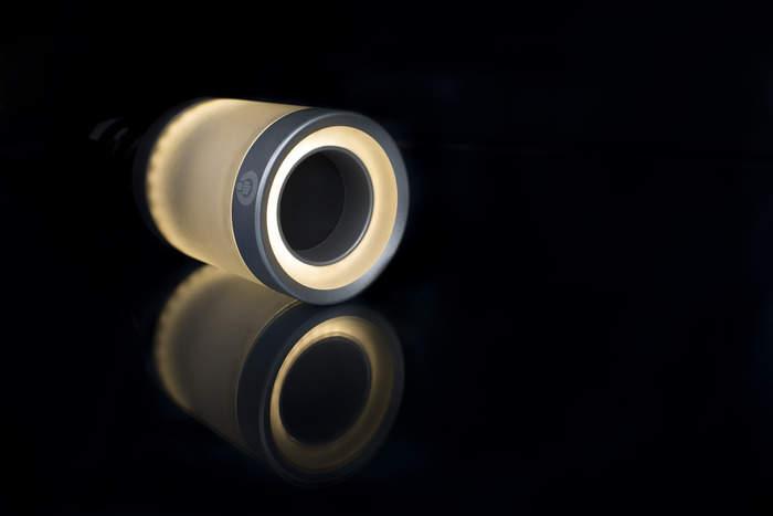 スマホでコントロールできるスピーカー内蔵フルカラーLED照明「LIGHTFREQ」 1番目の画像