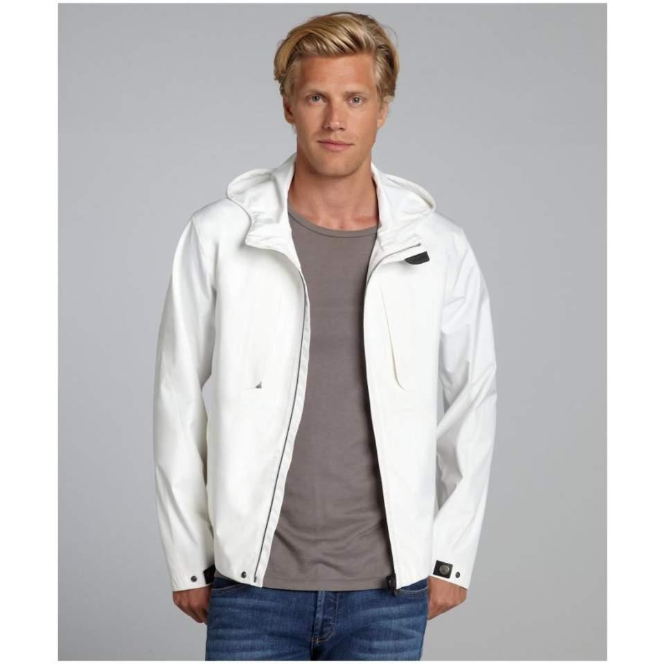 清潔ファッションの必需品!白シャツ、白Tシャツ、白パーカーの着こなし術 7番目の画像