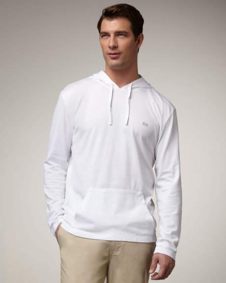 清潔ファッションの必需品!白シャツ、白Tシャツ、白パーカーの着こなし術 8番目の画像