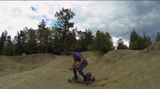四輪駆動のスケートボード!?最高にぶっ飛んだ電動スケートボードがカナダで登場 3番目の画像