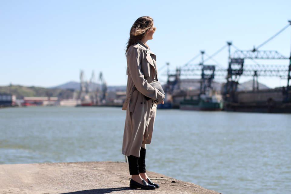 ビジネスウーマン必見!スーツに合わせるコート選び、今年は私服にも使えるトレンチで決まり 1番目の画像