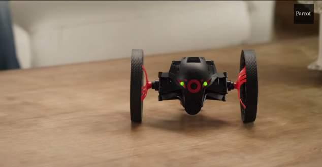 飛ぶ!跳ねる!天井を歩く!?仏Parrot社が開発した超小型ドローンがスゴすぎる! 4番目の画像