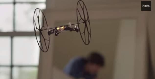 飛ぶ!跳ねる!天井を歩く!?仏Parrot社が開発した超小型ドローンがスゴすぎる! 7番目の画像