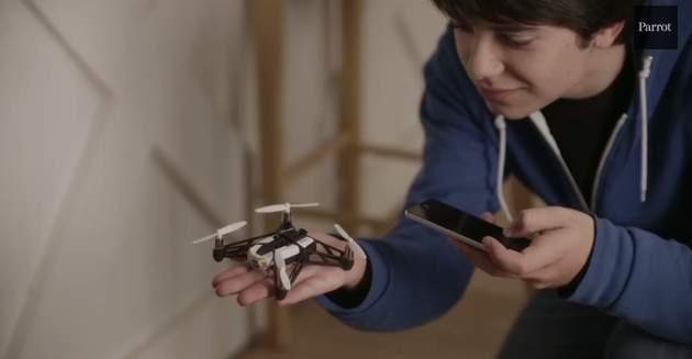 飛ぶ!跳ねる!天井を歩く!?仏Parrot社が開発した超小型ドローンがスゴすぎる! 9番目の画像