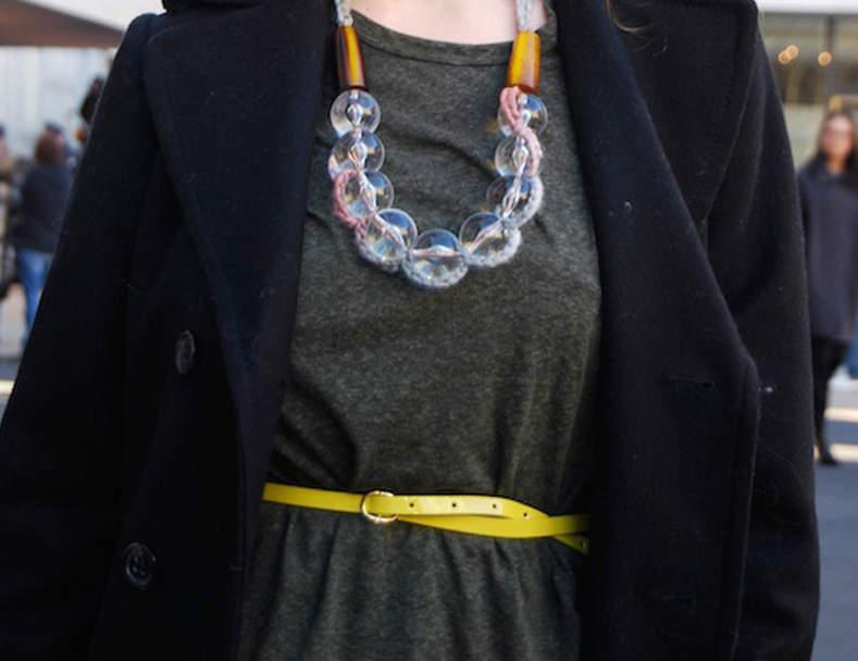 オフィス服がモノトーンになりがちな女性に。コーデのスパイスにしたいカラフルな小物4つ 5番目の画像