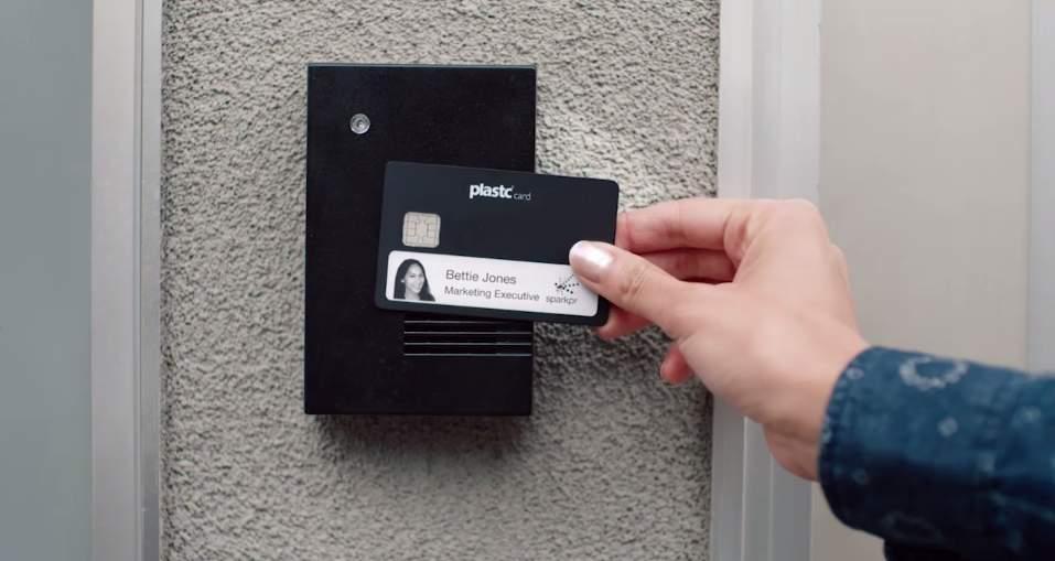 あらゆるカードの情報を集約する電子カード「plastc」があれば財布は要らなくなるかもしれない。 7番目の画像